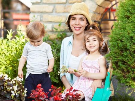 Anyuka a gyerekeivel a kertben