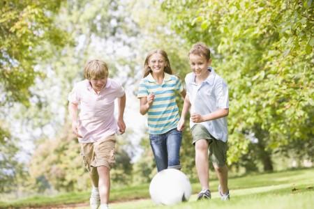 Gyerekek fociznak