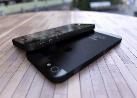 iPhone-ok egymáson egy asztalon